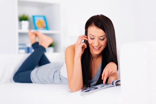 Giovane donna che ordina qualcosa da un catalogo