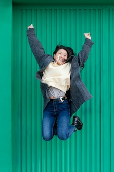 젊은 여성 야외 점프
