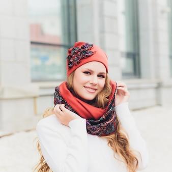 帽子を持つ若い女性屋外のポートレート
