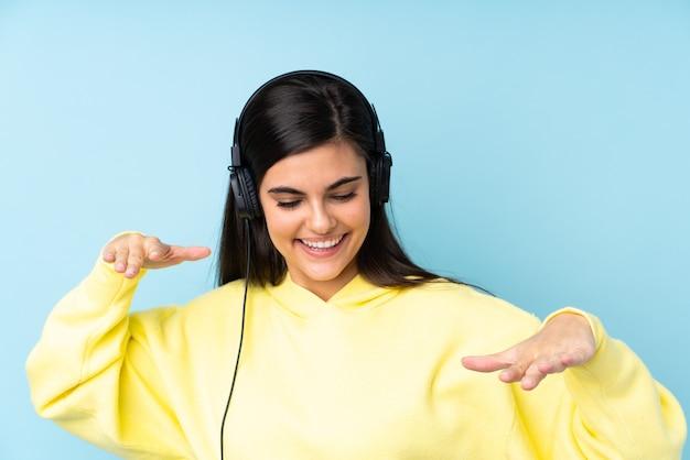 孤立した青い音楽を聴いて踊る若い女性
