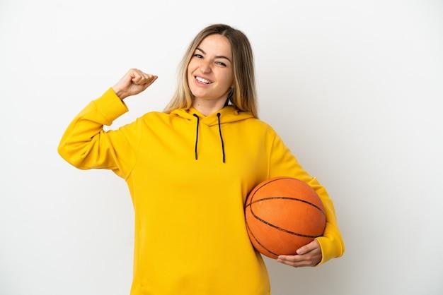 バスケットボールをして、自分自身を誇りに思っている孤立した白い背景の上の若い女性