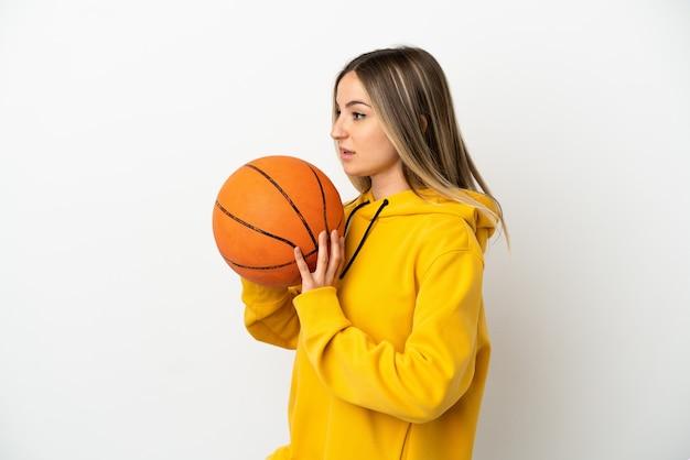 농구 하는 고립 된 흰색 배경 위에 젊은 여자