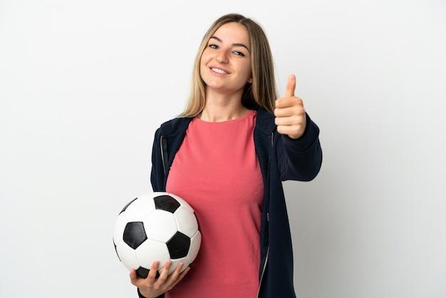 축구공과 엄지손가락을 위로 격리된 흰색 배경 위에 젊은 여자