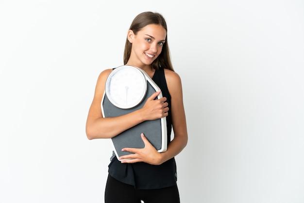 기계 무게와 격리 된 흰색 배경 위에 젊은 여자