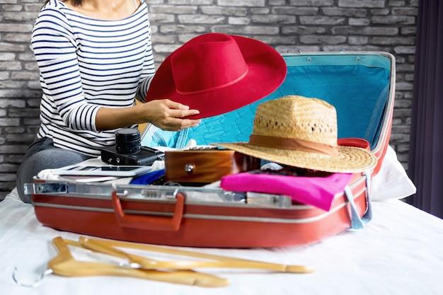 若い、女の子、たくさんの、彼女の、衣服、もの、スーツケース