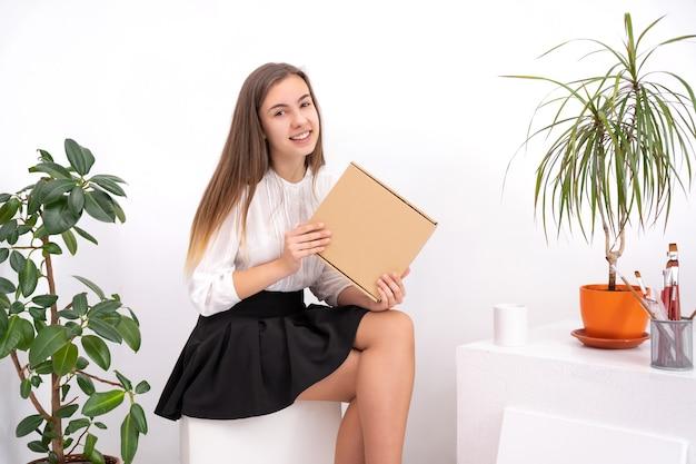 Молодая женщина рисует картину, создавая онлайн-контент на белом фоне с копией пространства
