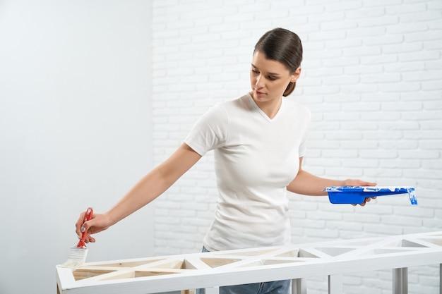 Стойка для рисования молодой женщины в белый цвет