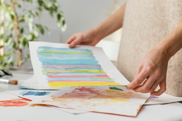 水彩画で絵を描く若い女性
