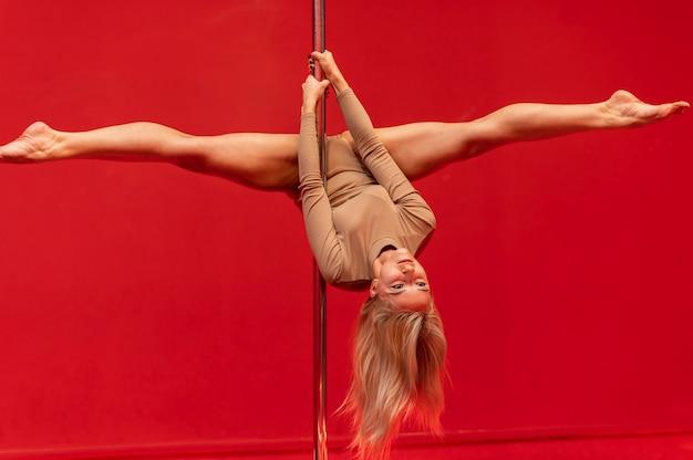 Prestazioni della giovane donna sulla pole dance