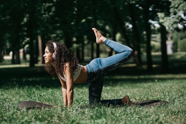 공원에서 피트 니스 운동 운동을 수행 하는 젊은 여자 o