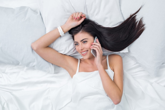 若い女性の電話の概念