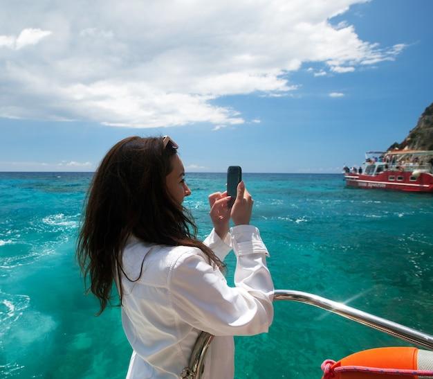 若い女性がギリシャの島を撮影し、ザキントス島を旅する