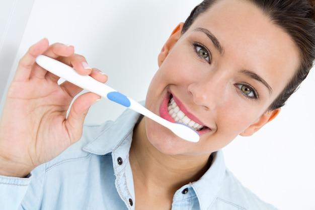 Giovane donna che raccoglie i denti