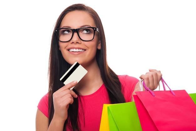 買い物リストを計画している若い女性