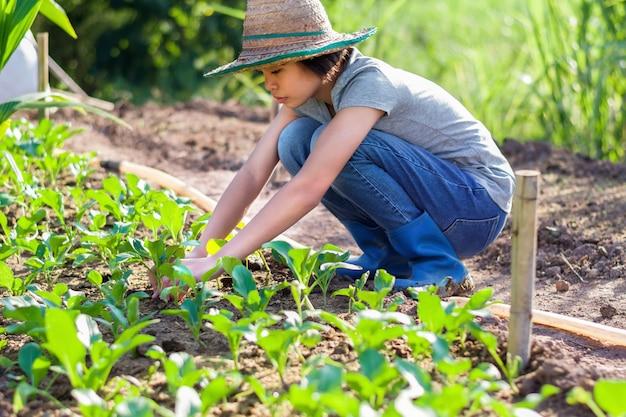 Молодая женщина, озеленение в саду