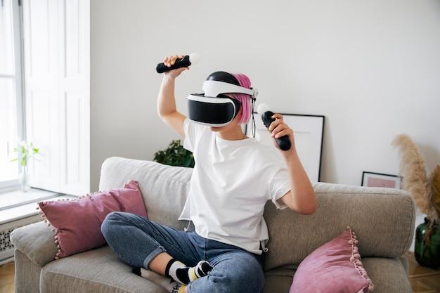 Молодая женщина играет в игру виртуальной реальности