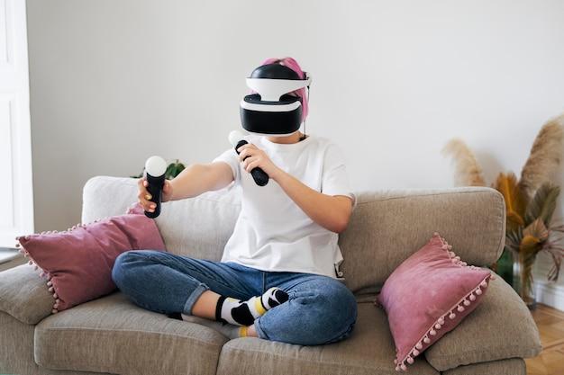 バーチャルリアリティゲームをプレイする若い女性