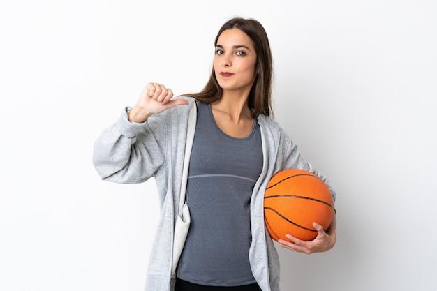 誇りと自己満足の白い背景で隔離のバスケットボールをする若い女性