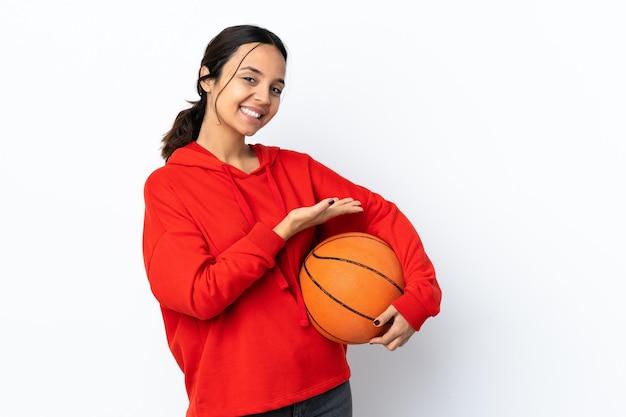に向かって笑顔を見ながらアイデアを提示する孤立したバスケットボールをしている若い女性