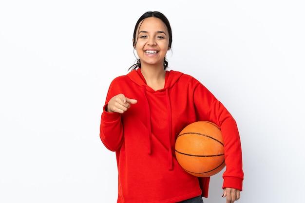 バスケットボールをしている若い女性は驚いて前を向いて孤立しました