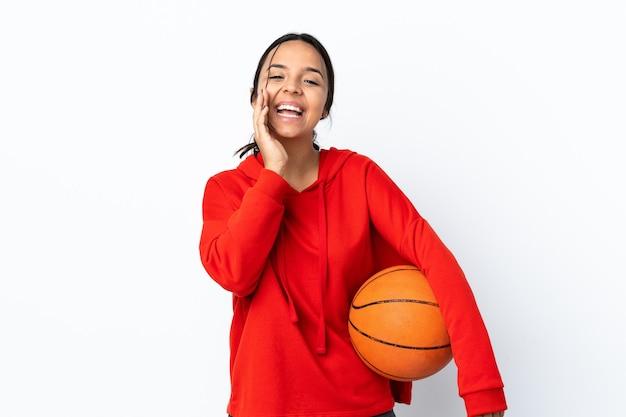 젊은 여자 농구 격리 된 흰색 배경 입 벌리고 외치는