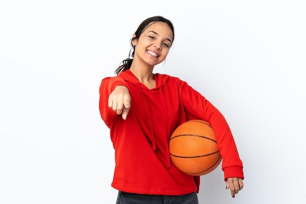 고립 된 농구하는 젊은 여자