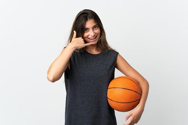 電話ジェスチャーを作る白でバスケットボールをしている若い女性。コールバックサイン