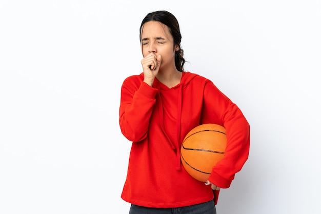 많은 기침 격리 된 흰색 배경 위에 농구를하는 젊은 여자