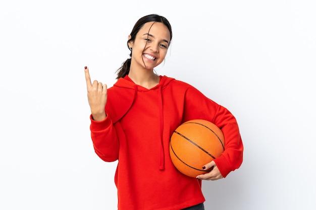 오는 제스처를 하 고 고립 된 흰색 배경 위에 농구하는 젊은 여자
