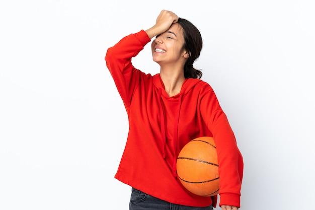 孤立した白い背景の上でバスケットボールをしている若い女性は何かを実現し、解決策を意図しています