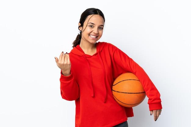손으로와 서 초대 격리 된 흰색 배경 위에 농구하는 젊은 여자. 와줘서 행복해