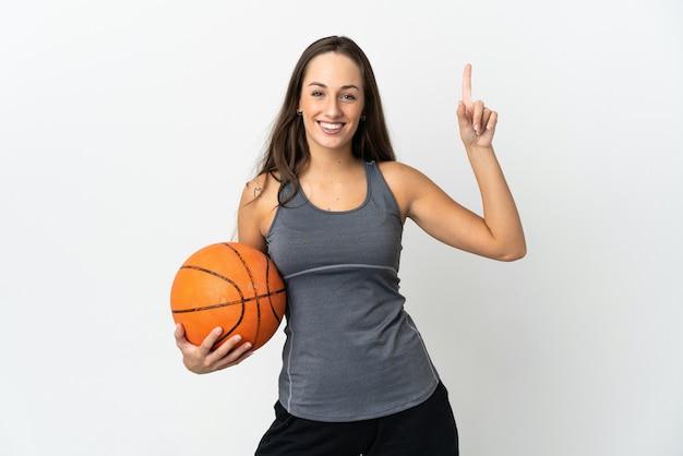좋은 아이디어를 가리키는 격리 된 흰색 배경 위에 농구 젊은 여자