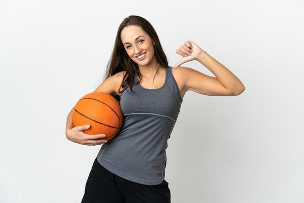 자랑스럽고 자기 만족 고립 된 흰색 배경 위에 농구를하는 젊은 여자