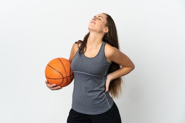 Молодая женщина играет в баскетбол на изолированном белом фоне