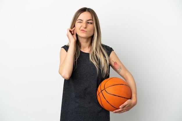 외진 흰 벽 너머로 농구를 하는 젊은 여성이 좌절하고 귀를 막고 있다