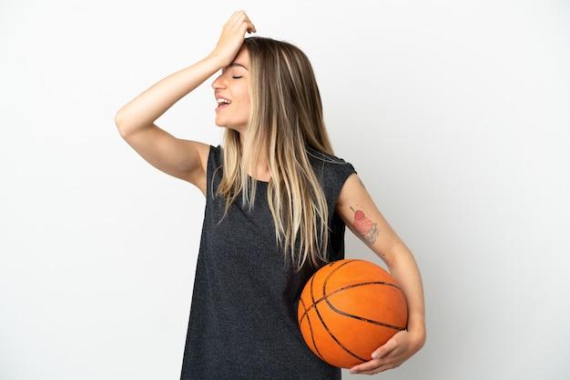 孤立した白い壁の上でバスケットボールをしている若い女性は何かを実現し、解決策を意図しています