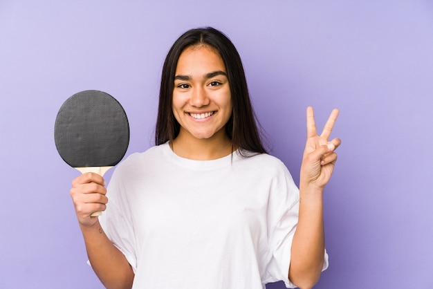卓球をしている若い女性