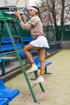 テニスをしている若い女性