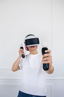 Giovane donna che gioca un gioco di realtà virtuale