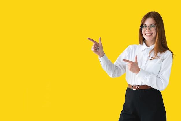 Молодая женщина, указывая на желтую стену