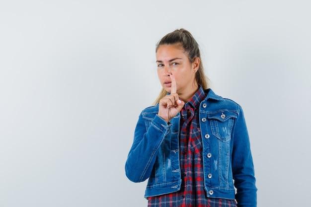 젊은 여자 셔츠, 재킷에 가리키는 지능형, 전면보기.