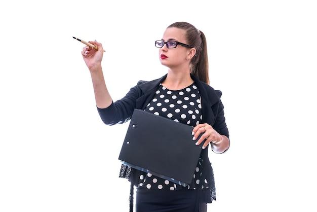 Молодая женщина, указывая ручкой, изолированной на белой стене