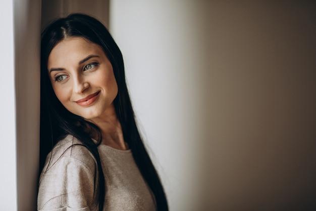 Портрет молодой женщины в спальне