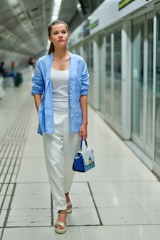 Портрет молодой женщины внутри метро.