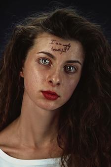 額の入れ墨と若い女性の肖像画
