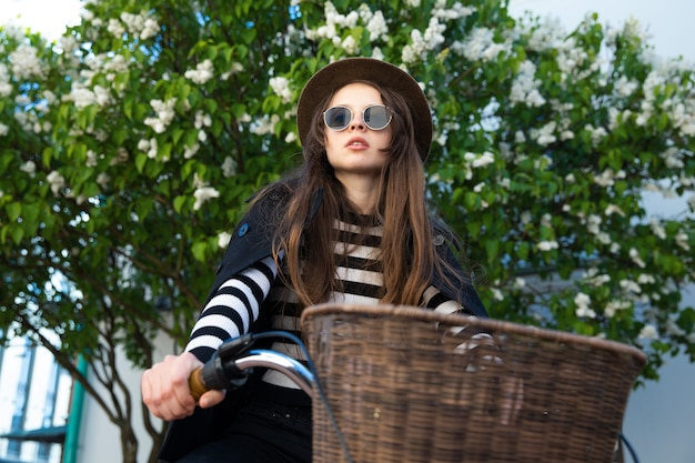 젊은 여자는 자전거에 앉아 포즈
