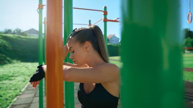 스포츠 지상에서 포즈를 취하는 젊은 여자