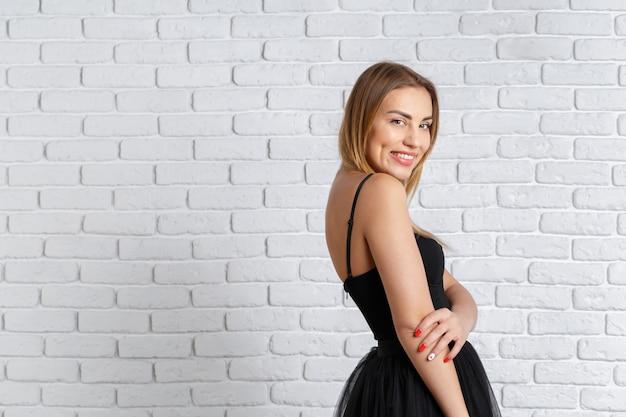 젊은 여자는 사랑스러운 드레스에 포즈.
