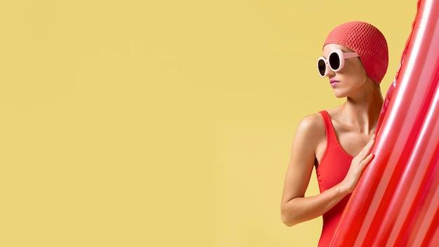 赤い水着でポーズをとる若い女性