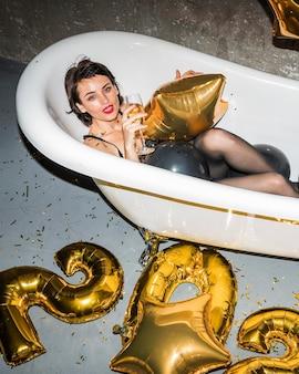 Молодая женщина позирует в ванной дома